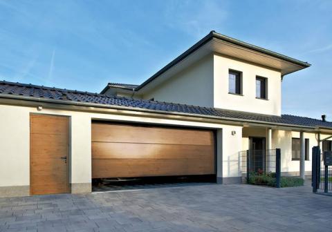 Haus Frontansicht mit Garage, Garagen-Nebentür und Hauseingang